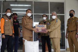 Sekda Manado saat menerima bantuan bencana alam banjir dan tanah longsor yang di serahkan Wakil Bupati Bolmut