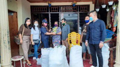 DPW NasDem Sulut Saat Menyerahkan Bantuan kepada Keluarga yang rumahnya Terdampak Banjir
