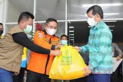 Walikota manado G.S Vicky Lumentut saat menerima langsung bantuan untuk warga korban benana banjir dan dan tanah longsor dari Walikota Gorontalo Marten Taha
