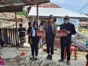 Sesudah Terima Bantuan, Yanti Kumendong Foto Bersama Keluarga Korban