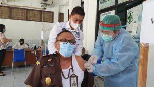 Kejari Manado Maryono SH MH saat disuntik vaksin Covid-19