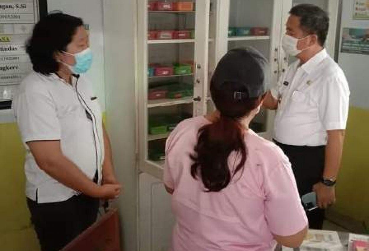 Wabup PYR saat memeriksa tempat penyimpanan obat