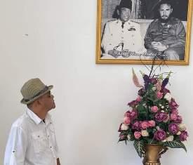 Foto : Alfian Daini, Saat Memandangi Potret Sebuah Foto, Presiden Ir. Soekarno dan Presiden Kuba Fidel Castro.
