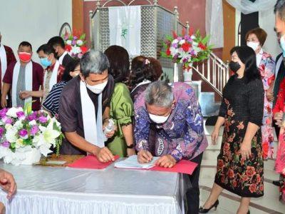 Bupati Minsel FDW saat menyerahkan IMB dan Sertifikat Tanah milik GMIM Talitakum Pondang