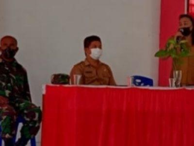 Hukum Tua Desa Lopana Satu Grace Kandoli saat membawakan sambutan