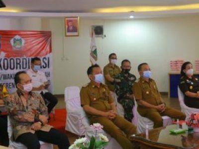 Walikota Caroll Senduk dan Wawali Tomohon Wenny Lumentut saat mengikuti Rakor yang dipimpin oleh Presiden Jokowi melalui Vidcon