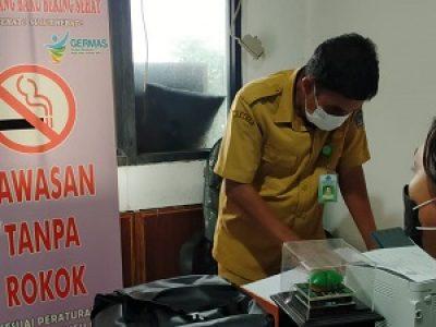 Salah Satu Awak Media, Saat mengkonfirmasi Surat PAW dari Kabupaten Minut di Biro Hukum Pemprov Sulut